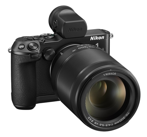 """Объектив, способный снимать с тем же углом обзора (настолько же сильно """"приближать"""" картинку) и с той же светосилой Nikon 1 70-300mm f/4.5-5.6 VR nikkor для фотоаппаратов системы Nikon 1. Он весит всего 550 грамм. Такая разница в размерах обусловлена тем, что в камерах Nikon 1 использована более компактная матрица."""