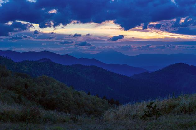 В горах Адыгеи. Пейзаж, сделанный на телеобъектив. Обратите внимание, как передано пространство, расстояние на фото. Кажется, что горные хребты расположены близко друг к другу. На самом деле, между ними десятки километров.