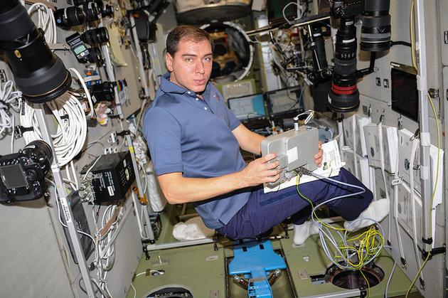 Российский космонавт Олег Кононенко с фототехникой Nikon на борту МКС