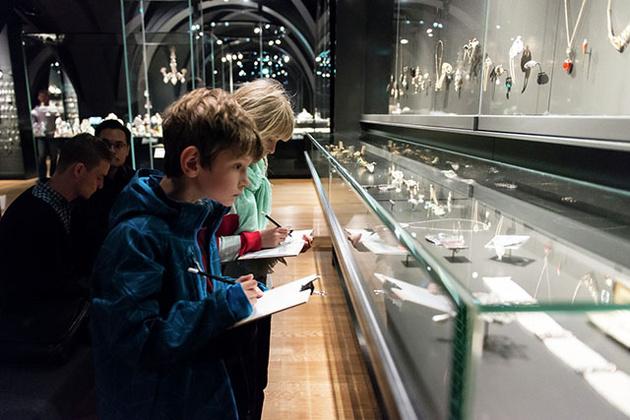 Музей просит посетителей отложить камеры и взять альбомы с карандашами