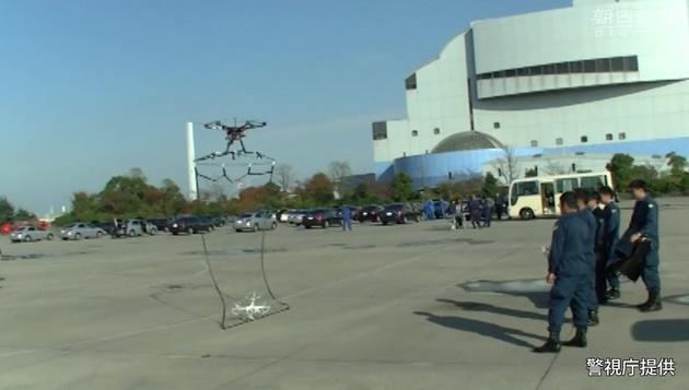 Полицейские мультикоптеры, вооруженные сетью, будут ловить «плохие» дроны в Токио