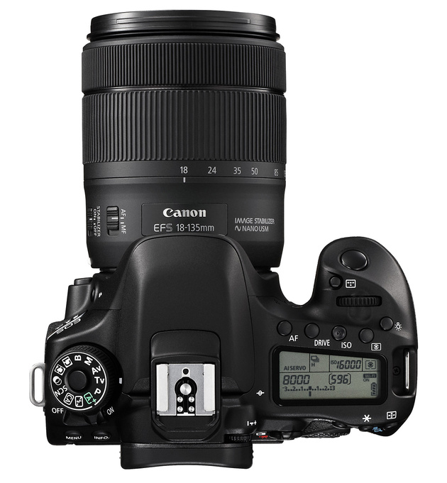 Зеркальный Canon EOS 80D, объектив EF-S 18–135mm f/3.5–5.6 IS USM и адаптер привода зума PZ-E1