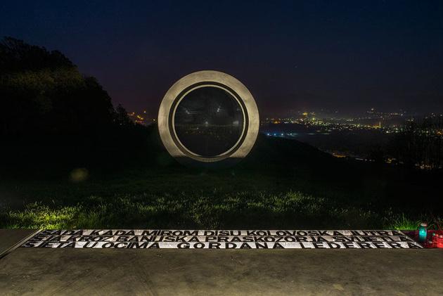 Гигантская разбитая линза – памятник погибшему в Хорватии фотографу