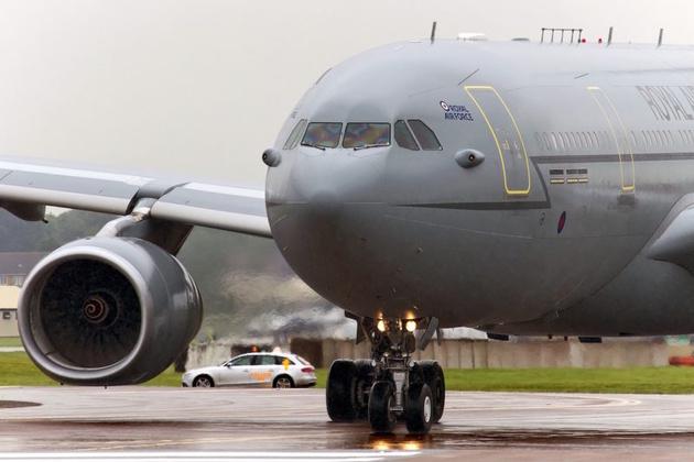 Военный самолет вошел в пике, когда зеркалка пилота заклинила рычаг управления