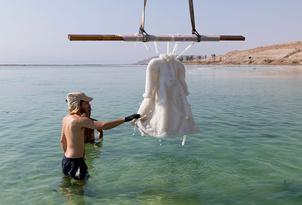 Фото дня: соляная скульптура из платья