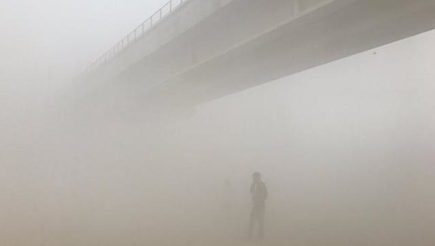 Фото дня: Нью-Дели (Индия) на следующий день после фестиваля огня Дивали