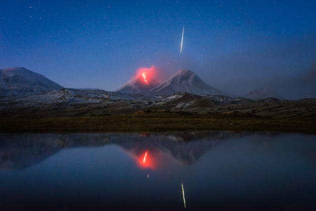 Фото дня: фотограф случайно запечатлел падающий метеорит