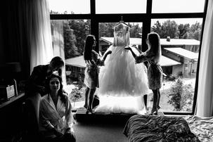Три девочки позируют перед фотографом видео фото 664-441