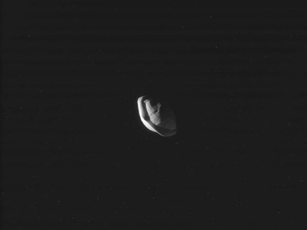 Пан, спутник Сатурна, похож на космический пельмень