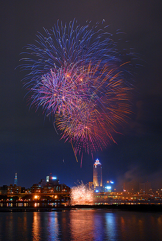 fireworks in Taipei © <a href='http://flickr.com/photos/dans180/'>dans</a>