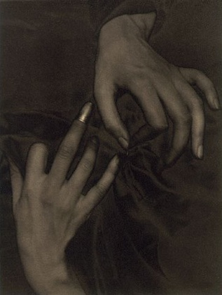 O'Keeffe Hands and Thimble. Фото Альфреда Стиглица, 1919 г. © [Alfred Stieglitz / 2000 George Eastman House, Rochester, NY] (http://www.eastman.org)