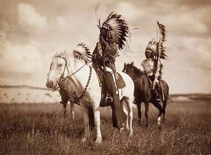 Фото Edward S. Curtis, Sioux Chiefs on Horseback, 1905 г. © Old Picture [www.old-picture.com] (http://www.old-picture.com/indians/Sioux-Chiefs.htm)