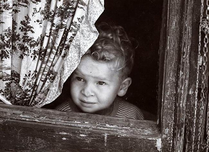 Vincenzo Balocchi, Young child looking out the window, 1960
