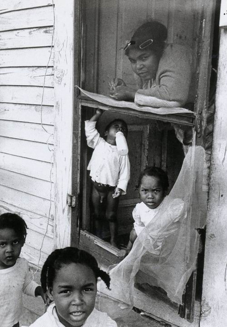 Thomas Hoepker,  Mother and children, New Orlean, 1963