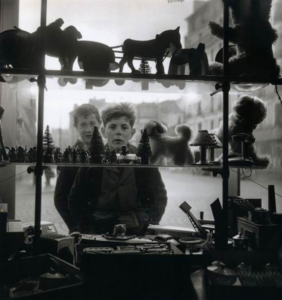 Robert Doisneau , Shop Window, 1947