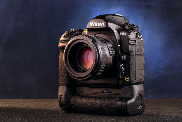 <span role='device-inline' data-device-id=17434 data-device-review=19683-nikon-d850-test data-device-primary=true>Nikon D850</span> и батарейный блок MB-D18.